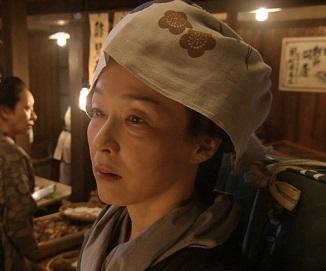 手拭いをかぶっているドラマに出演したキムラ緑子の画像